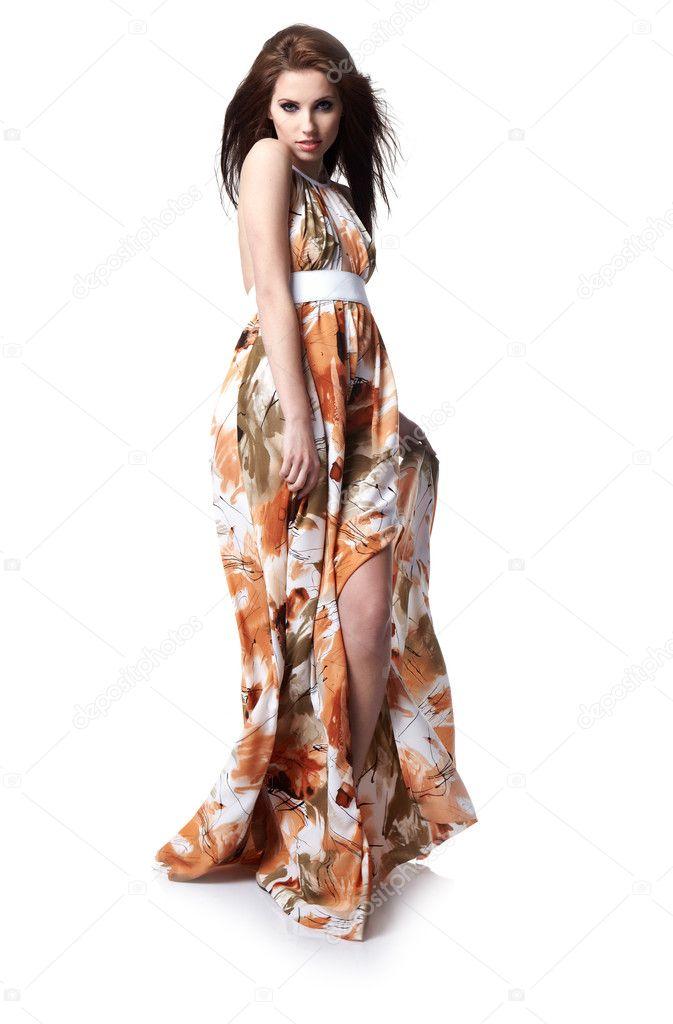 15c872c32687 Bellissima giovane donna che indossa l abito estivo — Foto di ...