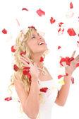 Fényképek nevetve a gyönyörű menyasszony. a lány Rózsaszirmok