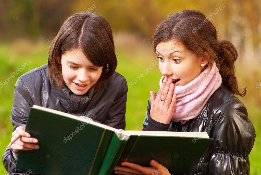 Dos Mujeres Atractivas Jóvenes Leyendo Un Libro