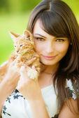Fotografie schönes Mädchen mit Kätzchen