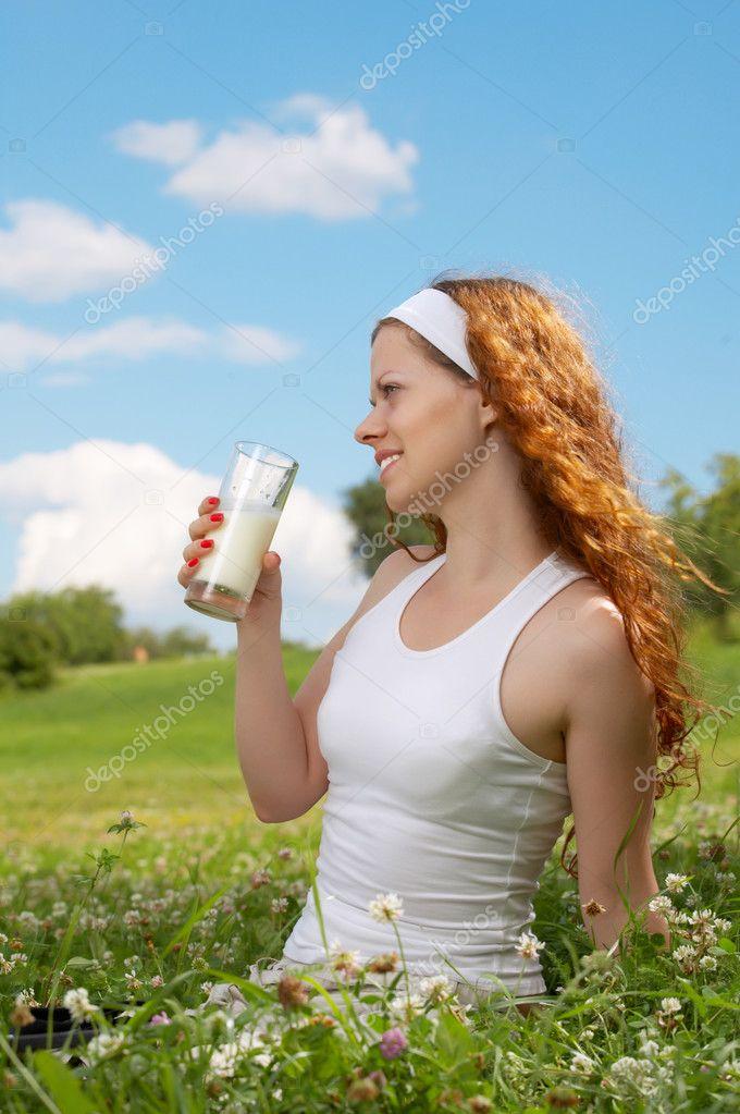 Как телочка пьет молоко подруги на трассе туалете смотреть
