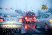 Auto v pozadí deště bouře