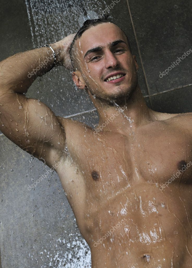 Лысый тренер в душевой, любит себя в ванне