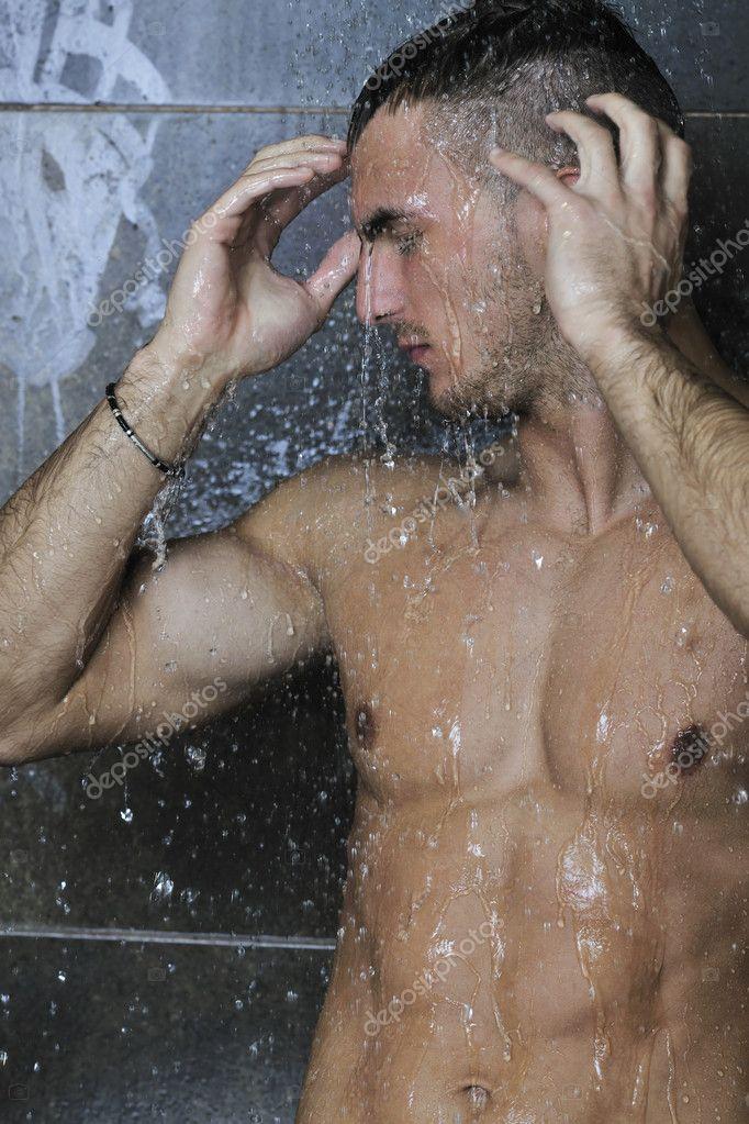 Парень моется в душе и случайно заходит девушка видео — pic 7