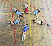 děvčata hrají volejbal krytý hru