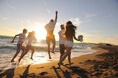 Fotografie Freunde haben Spaß und feiern am Strand