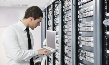 йога практики бизнесмена в сетевой комнате сервера