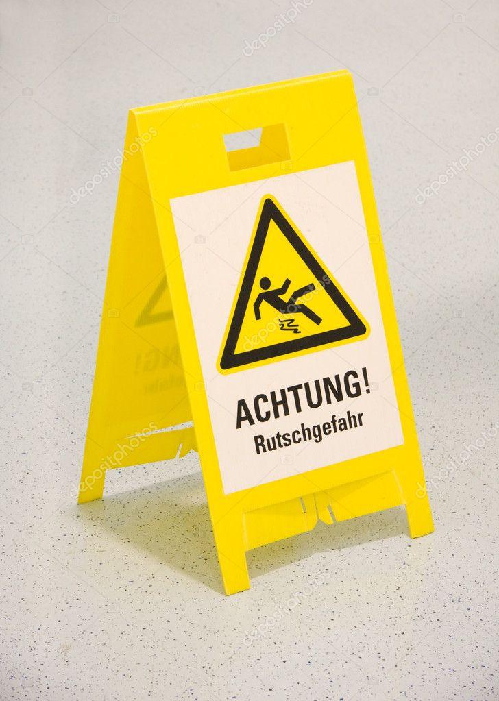 Cartello pavimento bagnato in tedesco foto stock - Cartello pavimento bagnato ...