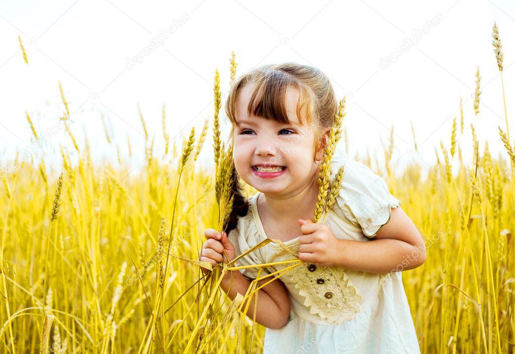 happy little girl - 800×550