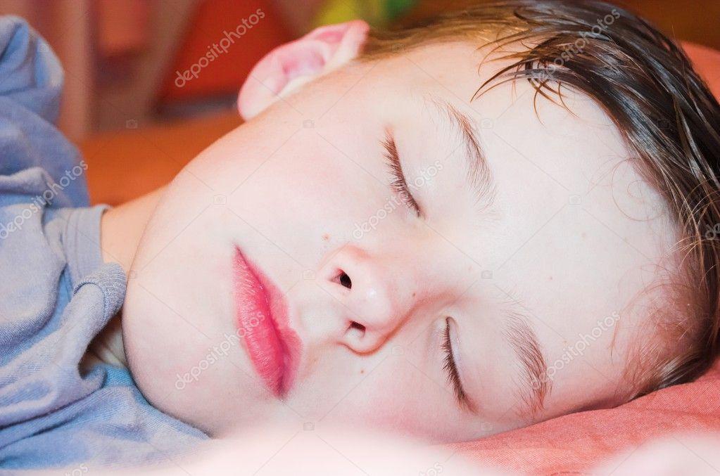 У такого маленького ребёнка мокрая голова может быть от самой банальной причины – слишком теплое одеяло и подушечка.