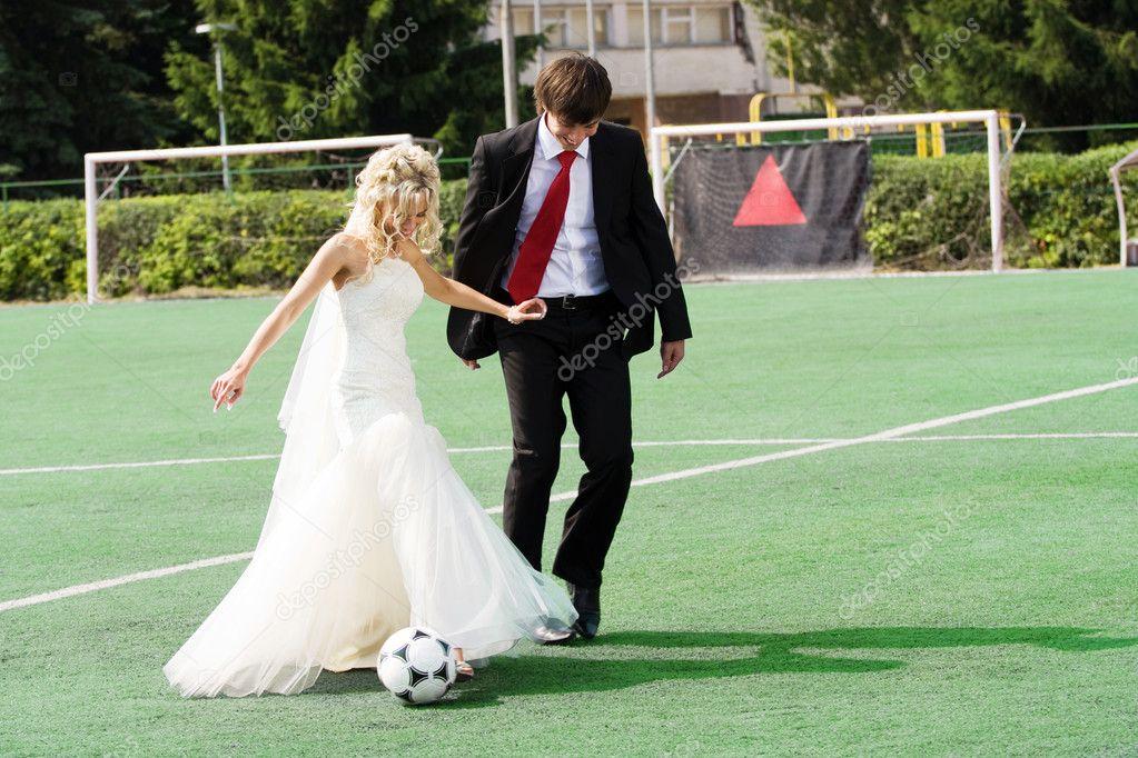 Para ślub Gry W Piłkę Nożną Zdjęcie Stockowe Dmitroza 2980280