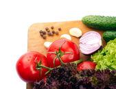 verdure fresche su pannelli di legno truciolato