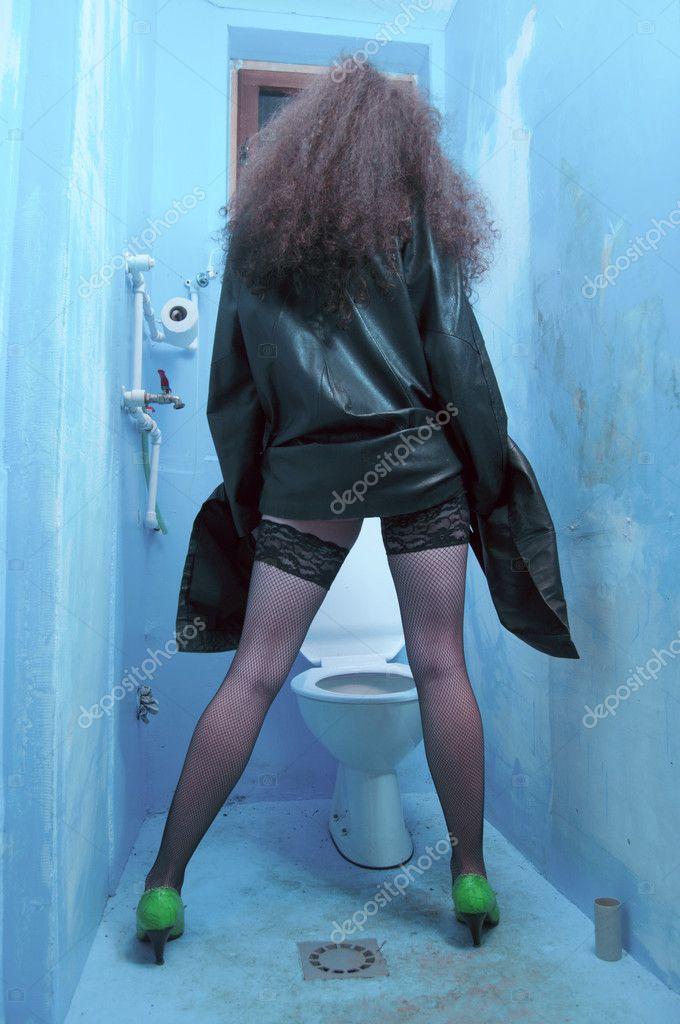 Фото телок обсыкают в туалетах — 9