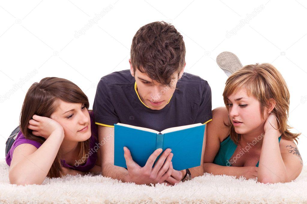 Adolescentes Leyendo Un Libro