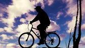 motorkář při západu slunce