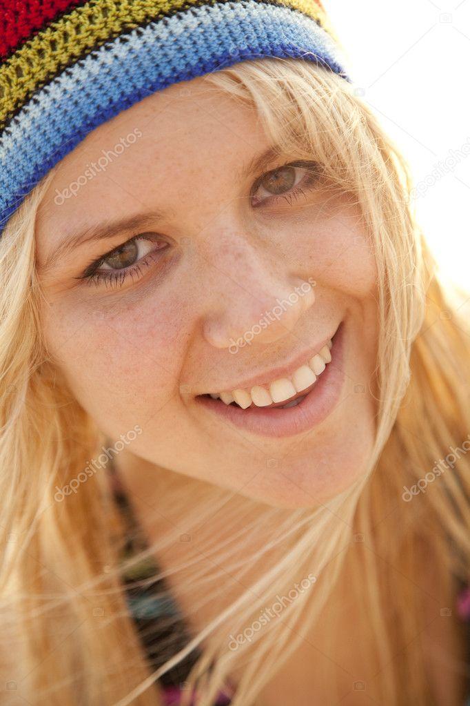 Beautiful young blonde girl in rastafarian hat — Stock Photo ... 285fe0349689