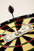 Cíl šipky a dolar v terč