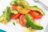 Fotografia insalata di avocado e pomodoro