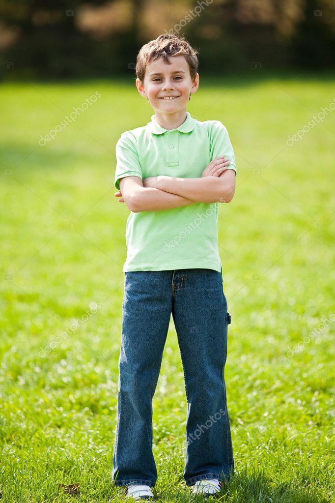 9-jähriges Kind in einem Park - Stockfotografie