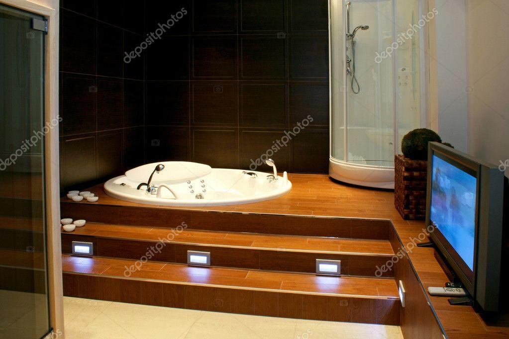 Bagno con tv u stock photo baloncici