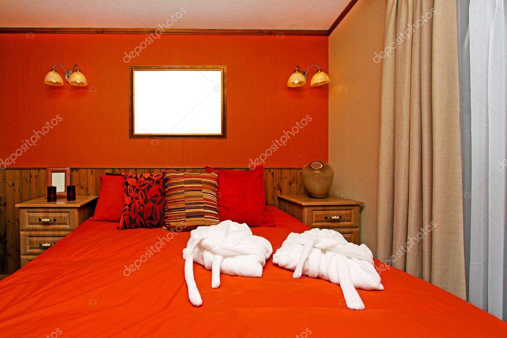 Pareti Camera Da Letto Rossa : Camera da letto con la parete rossa fotografia stock immagine