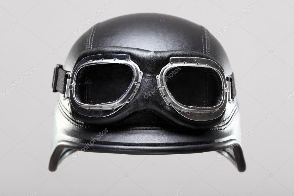 500abd1526c44 Estilo antigo nos capacete de motocicleta do exército com óculos de proteção,  em fundo cinza — Fotografia por kokimk