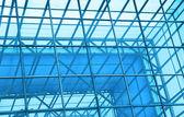 Kortárs irodaház kék üveg fal részlet