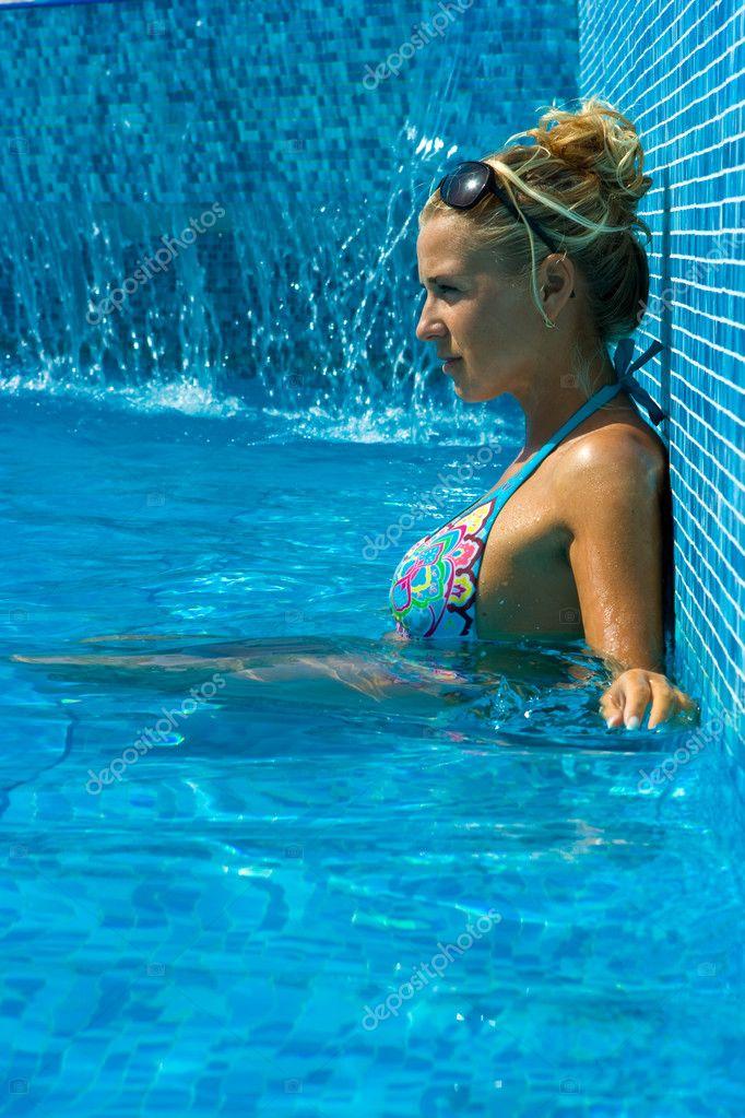 девушек купальниках в водой под частные фото