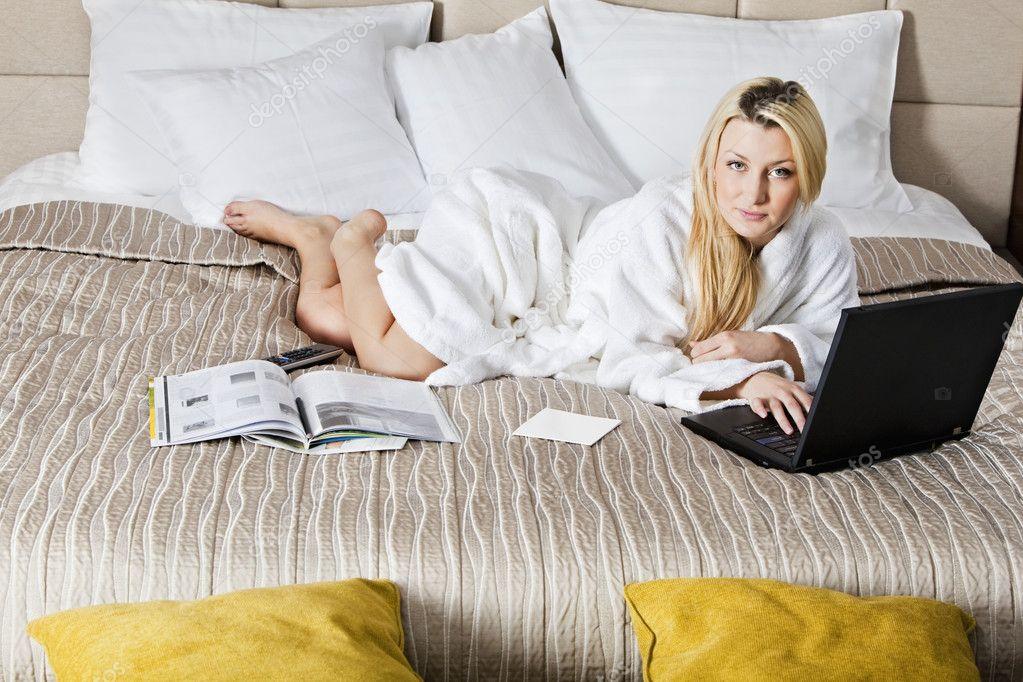 Donna sdraiata sul letto con il computer portatile foto stock varlyte 2820776 - Foto di donne sul letto ...