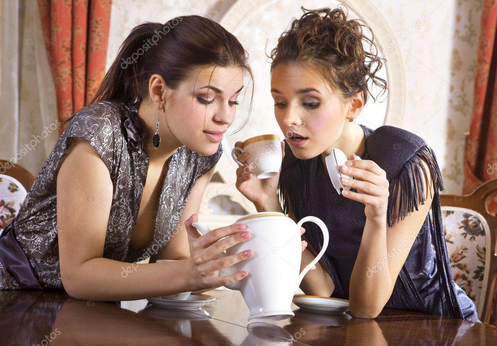 Две милые соседки выпивали