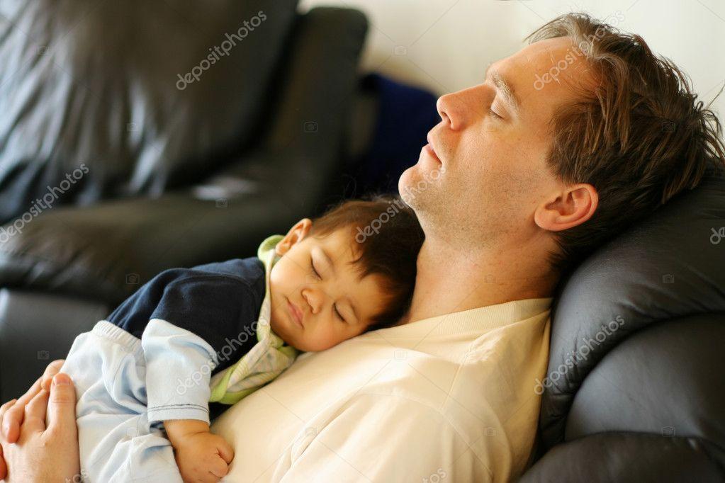 Baby Schläft Auf Papas Brust Stockfoto Jarenwicklund 3519275