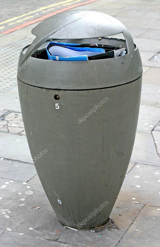 Moderne Mülleimer moderne mülleimer an straße stockfoto green308 2801922