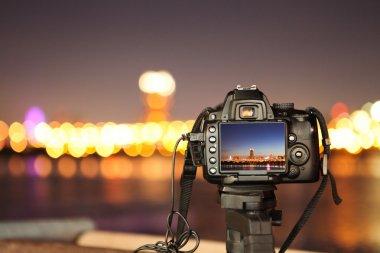 "Картина, постер, плакат, фотообои ""Цифровые фотоаппараты и ночной город"", артикул 3723527"