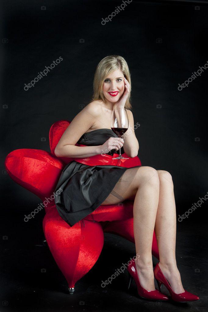 эту блядюшку женщина с красными туфлями оголилась полностью фото частные фото домашнего