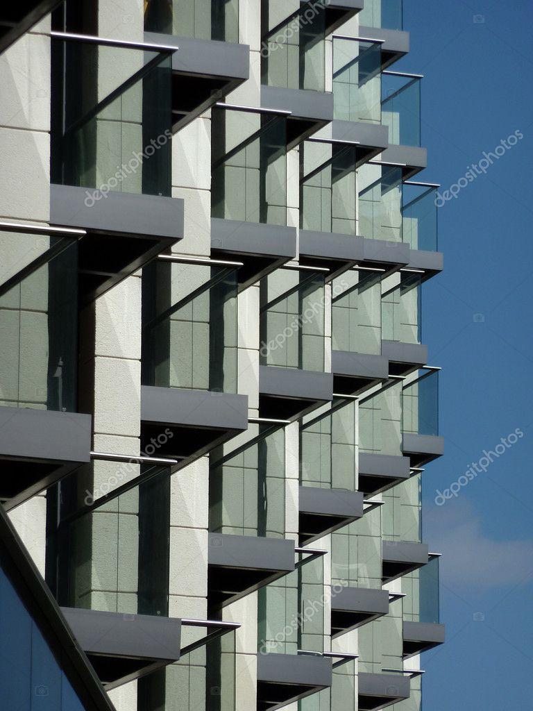Ein blick auf einige balkone an ein modernes gebäude foto von harveysart