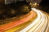 Fotografia traffico in città di notte