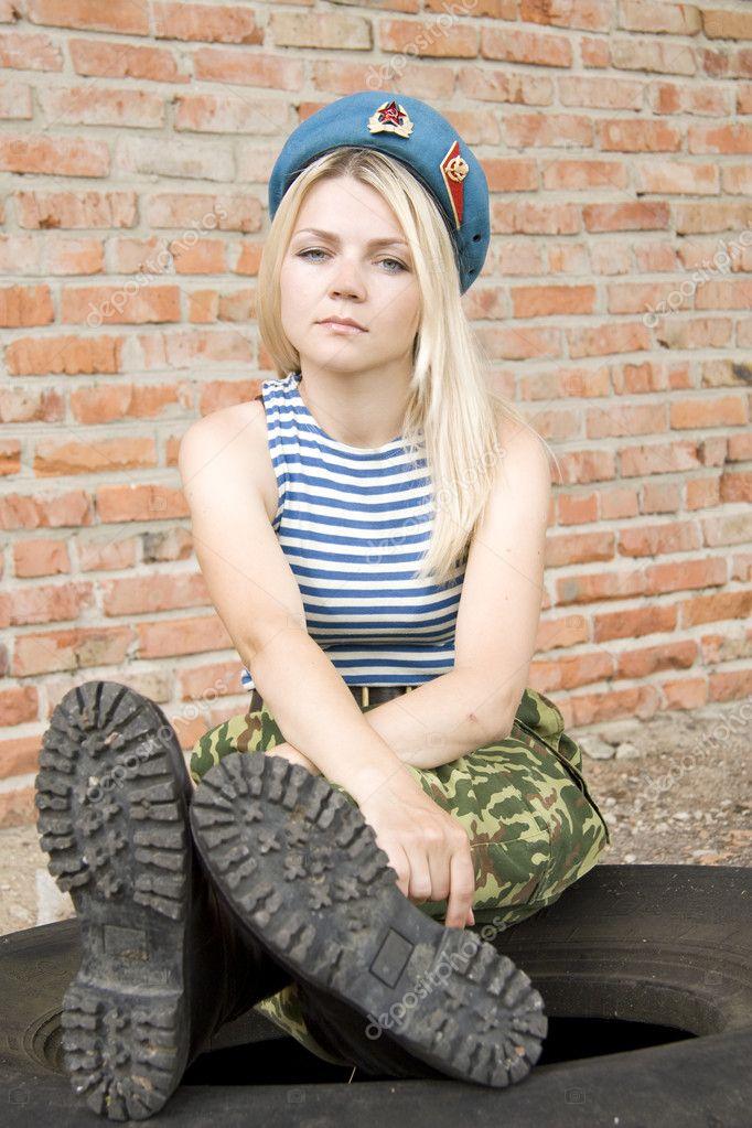 A mulher na forma militar senta-se sobre o pneu — Fotografia por Fastof e27464c7c15