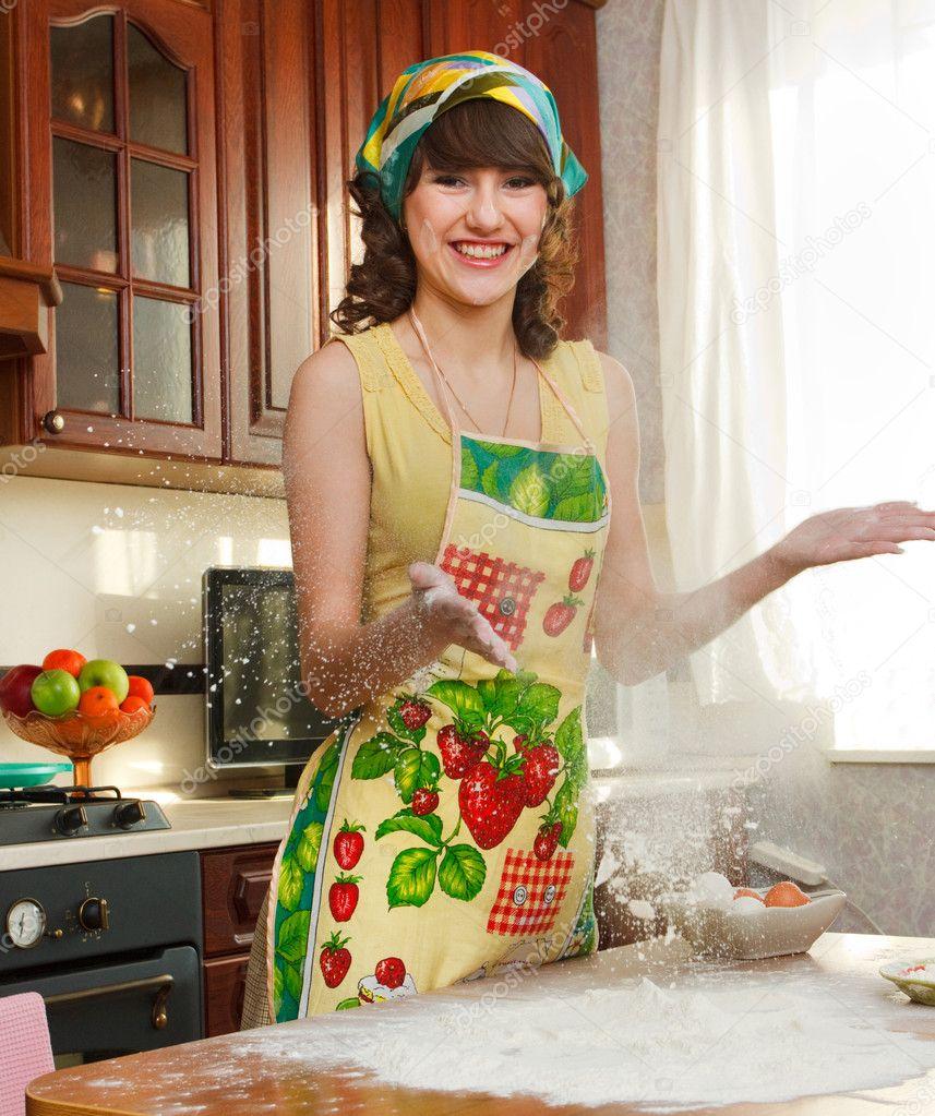 на картинка девушка кухне переднике в