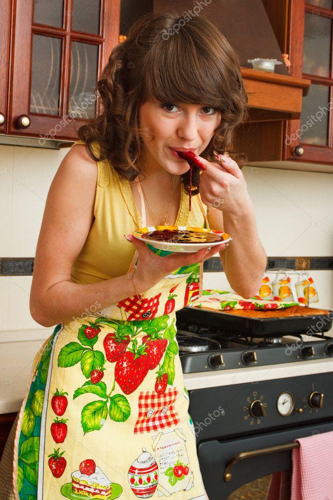 Картинка девушка в переднике на кухне