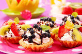 Mini Törtchen mit Sahne und Früchten