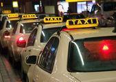 Taxíky čekají na letišti