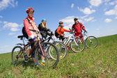 skupina čtyř dospělých na jízdní kola na venkově