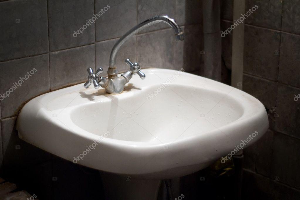 Wastafel Badkamer Stinkt : Oude vuile wastafel u2014 stockfoto © sheval #3644307