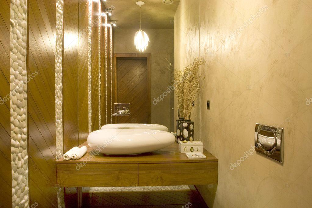 Moderne Toilette mit großem Spiegel — Stockfoto ...