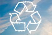 Recyklované symbol na modré obloze