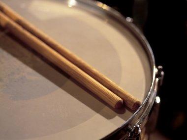 Snare drum between sets