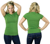 blonďatá žena s prázdné zelené tričko