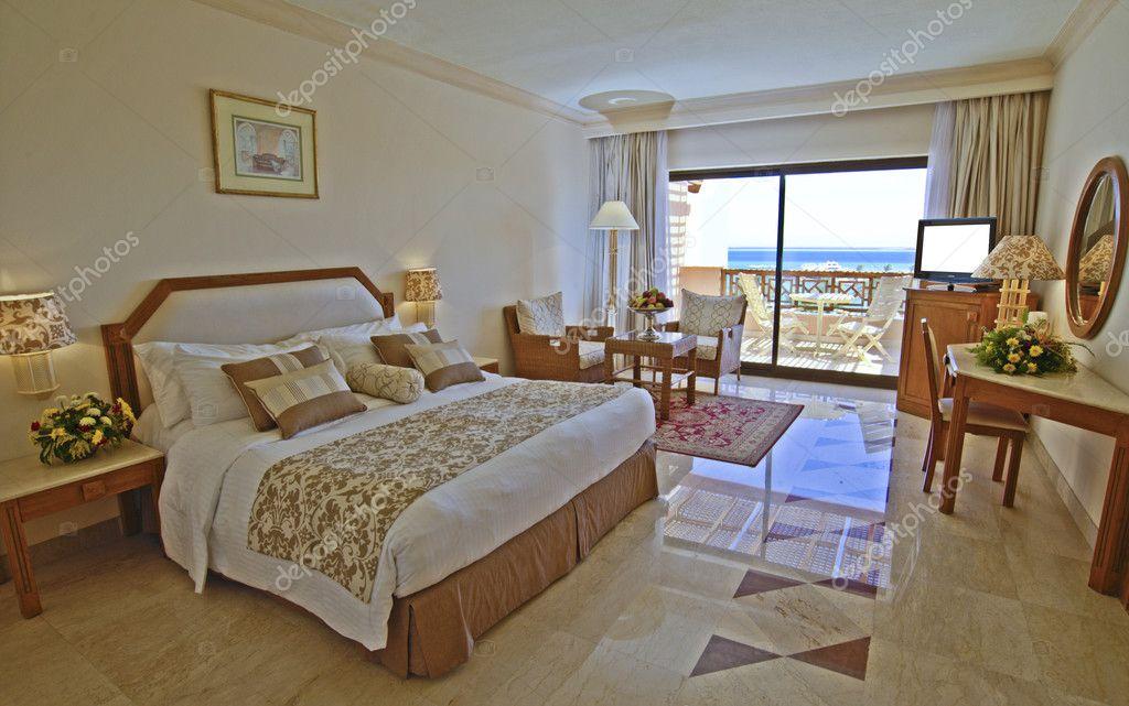 luxe hotel slaapkamer met uitzicht op zee — Stockfoto © paulvinten ...