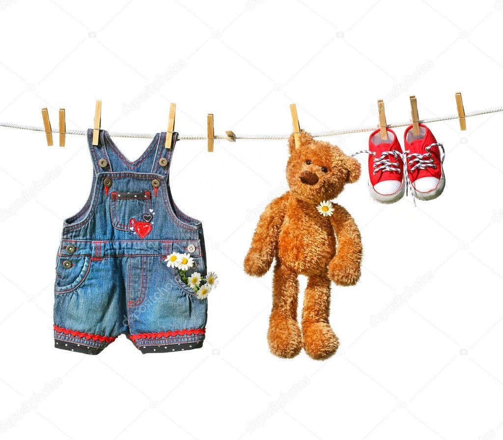 Kinderkleidung auf wäscheleine  mit Teddybär auf der Wäscheleine — Stockfoto #3245786