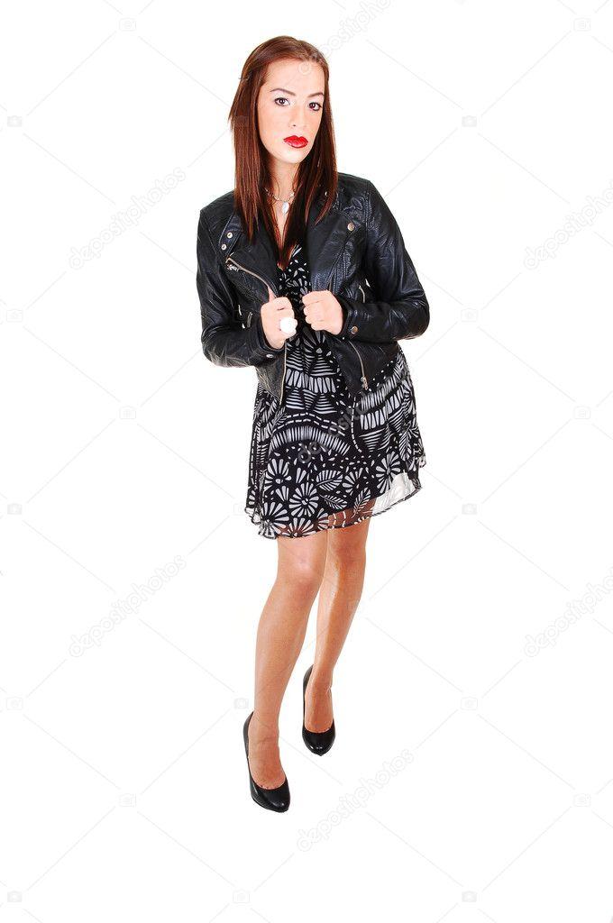 9fb49101b69f κορίτσι σε μαύρο φόρεμα και δερμάτινο μπουφάν — Φωτογραφία Αρχείου ...
